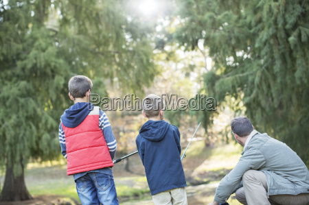 padre e hijos que pescan en