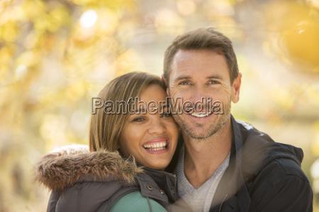 retrato sonriente pareja al aire libre
