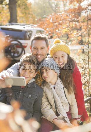 familia que toma autofoto entre las