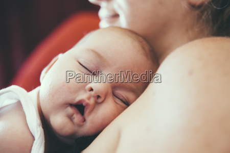 newborn sleeping with head on mothers