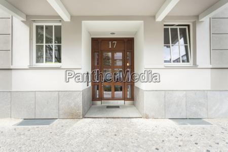 casa construccion entrada puerta pavimento simetria