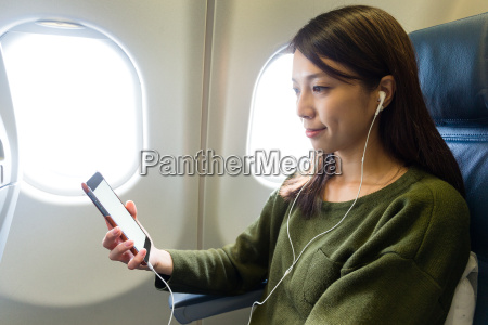 woman listen to music on cellphone