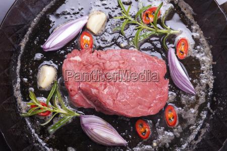 steak in einer eisenpfanne
