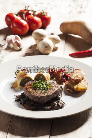 steak mit zutaten auf holz