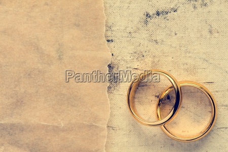 wedding rings with paper piece