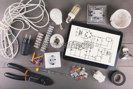 digitales tablet mit schaltplan und elektrischer