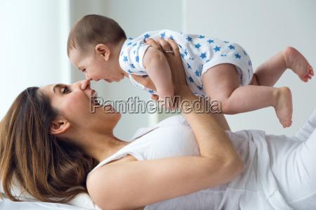 matka i dziecko graja i usmiechaja