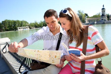 couple in retiro park of madrid