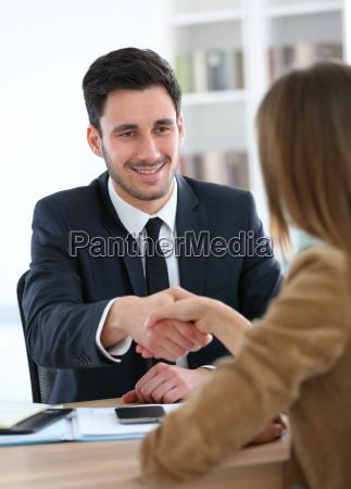 frau die handshake finanzberater