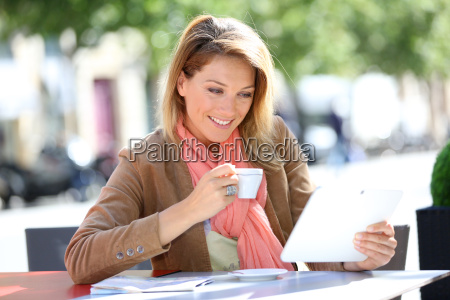 woman at coffee shop and websurfing