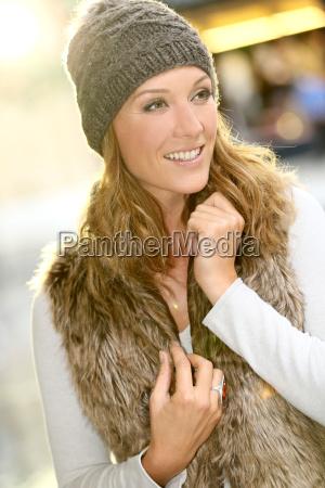 portrait der modischen maedchen mit winterkleidung
