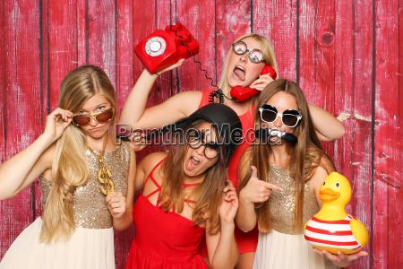 young girls fool around before fotobox