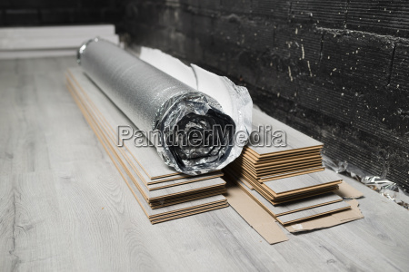 insulating material roll and laminate floor