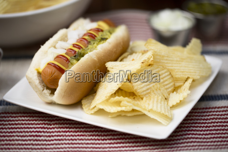 veggie hot dog with crisps