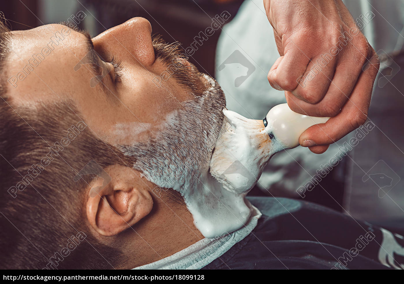 hipster, client, visiting, barber, shop - 18099128