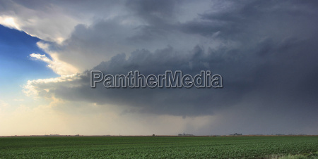 a rotating supercell thunderstorm produces a