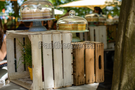 rustikale vitrine aus holzkiste upcycling