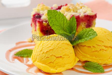 raspberry crumb cake with ice cream
