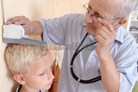 medico medicinal bienestar masculino ver gafas