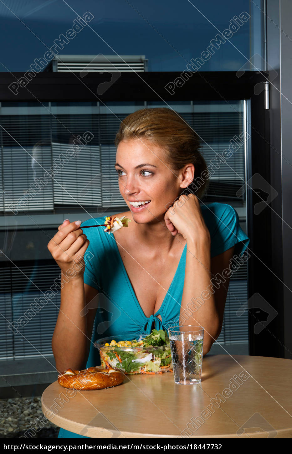 woman, eating, lunch, in, office - 18447732