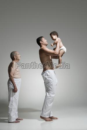 virile mascolino figlio in piedi maschio
