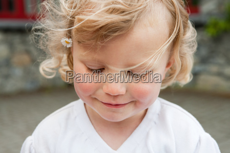 blonde girl with daisy in hair