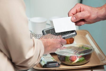donna cibo mano primo piano close
