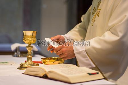 priest under et bryllup ceremoni