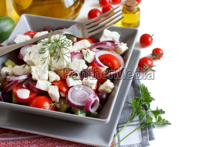 ensalada griega aislada en blanco