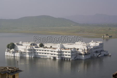 lake palace and lake pichola udaipur