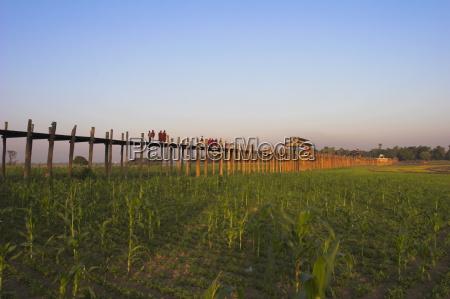 people crossing u beins bridge taugthaman