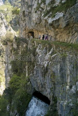 walking the cares gorge footpath picos