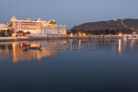 city palace in udaipur at night