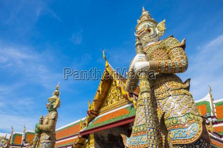 yaksha thotsakhirithon statue in front of