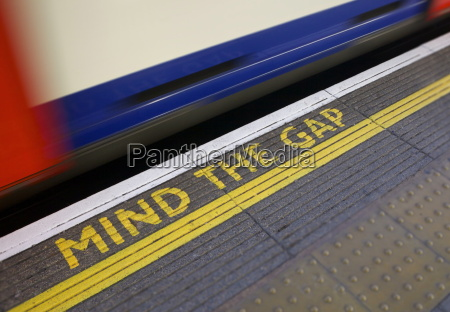 mind the gap sign on platform