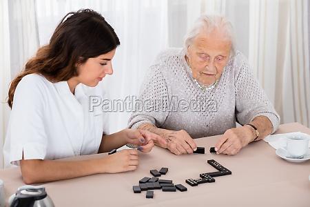 dos mujeres jugando al juego de