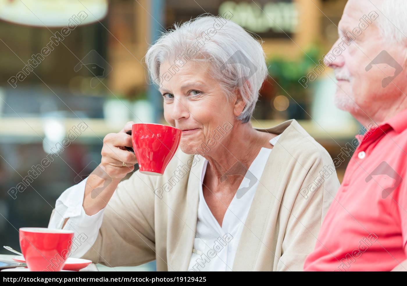 seniors, drink, a, coffee - 19129425