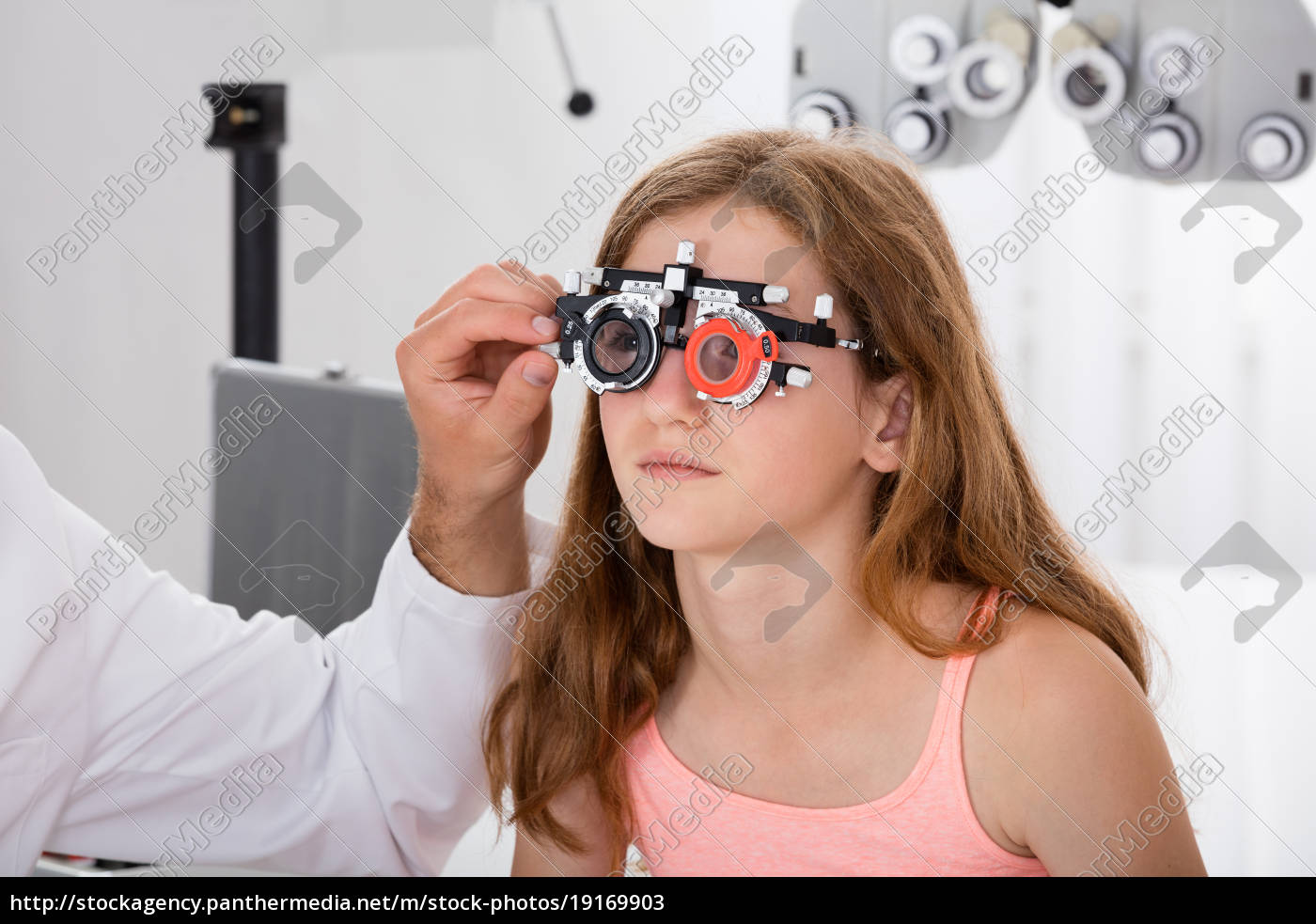 an, optometrist, checking, girl's, vision, with - 19169903