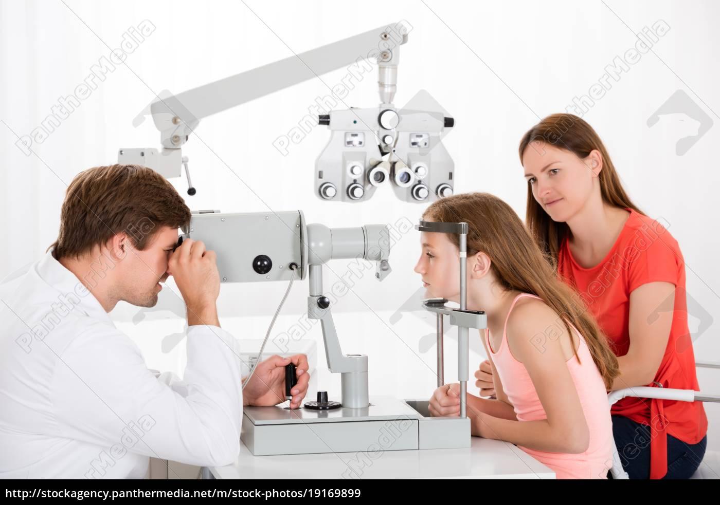 optometrist, examining, eyesight, of, girl - 19169899