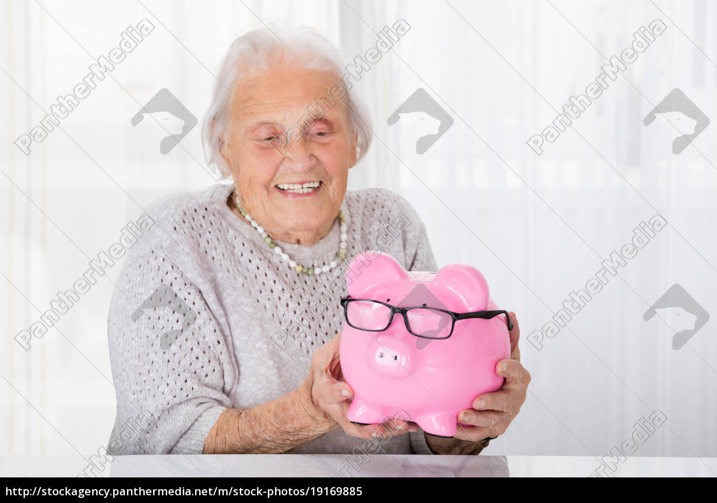 senior, woman, holding, piggybank - 19169885