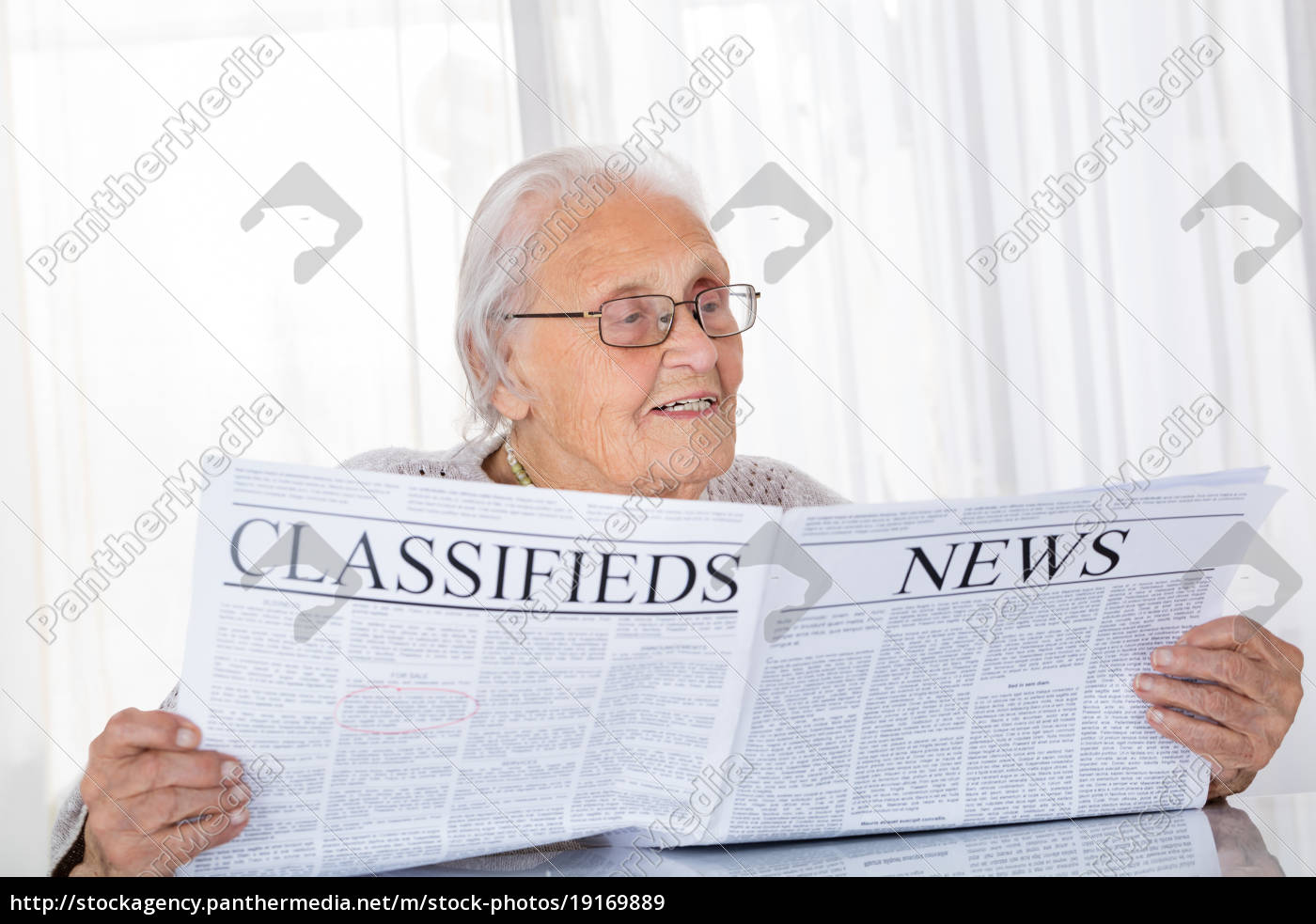 senior, woman, reading, newspaper - 19169889