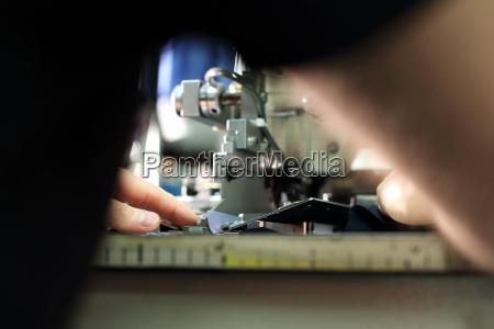 zaklad produkcyjny szycie odziezy przez szwaczki