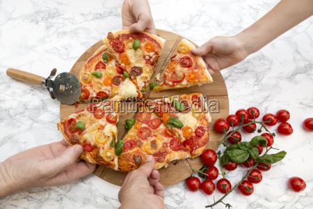 vegetarian, pizza, with, mozzarella, and, tomatoes, - 19330703