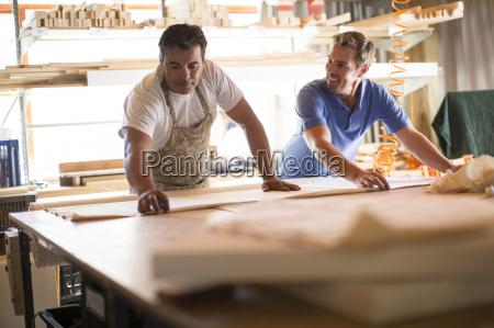 due uomini che lavorano insieme in