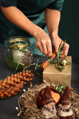 pakowanie swiatecznych prezentow