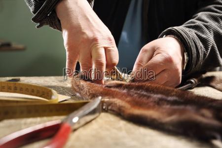 kusnierz wycina skory szycie kozucha wycinanie