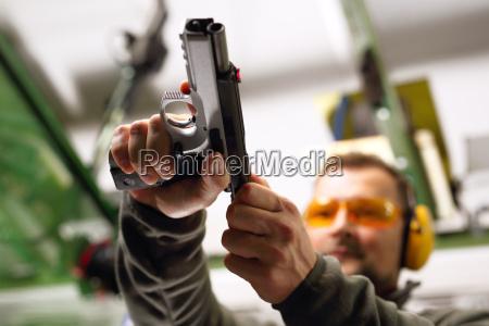 mezczyzna na strzelnicy nauka poslugiwania sie