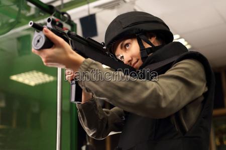 policjantka na strzelnicy strzela z karabinu