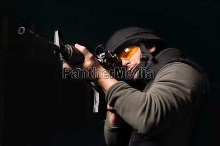 mezczyzna z bronia antyterrorysta policjant jednostki