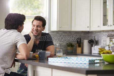 pareja gay masculina en sus 20s